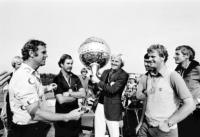 Sven Tumba delar ut medaljer till Mark James, Greg Norman (segrare), Seve Ballesteros och Sandy Lyle.